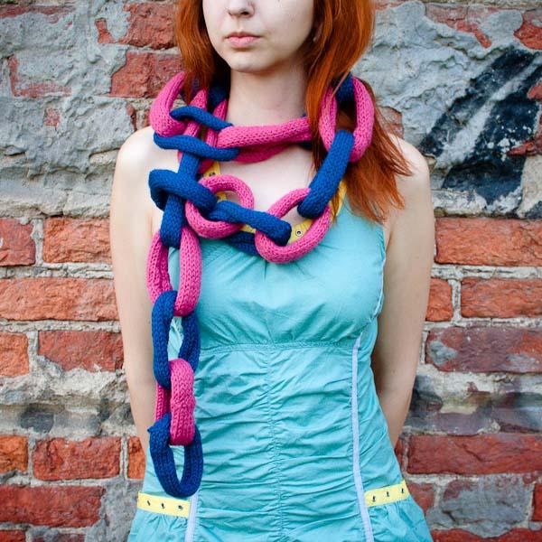 Вязаный шарф из колечек дружбы